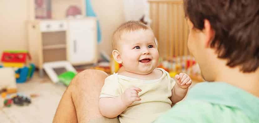 להתחבר ולתקשר עם תינוקכם | لِمَ من المهم الارتباط والتواصل مع طفلكم