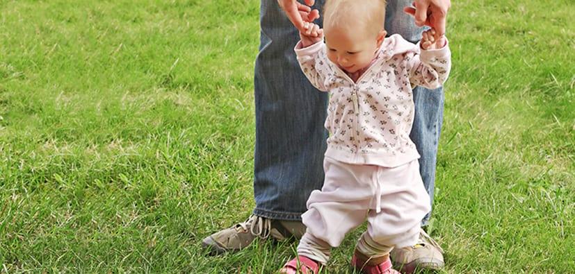 התפתחות תינוקות בגיל 8-9 חודשים | نموّ الأطفال في سن 8-9 أشهر