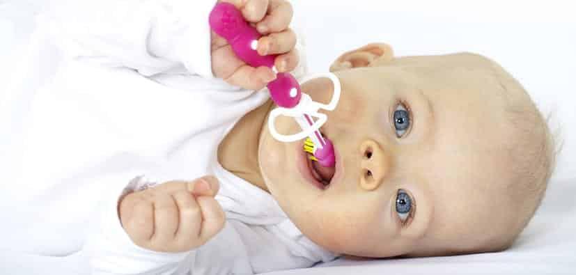 כיצד לטפל בשיני תינוקות | كيف يمكن معالجة أسنان الأطفال