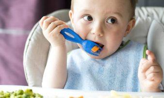 כיצד ללמד ילדים לאכול בעצמם | كيف يمكن تعليم الأطفال تناول الطعام وحدهم