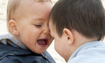 כיצד תינוקות מכירים חברים ולמה זה חשוב? | كيف يتعرف الأطفال إلى الأصدقاء