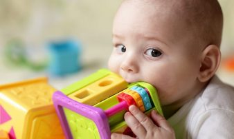 תנועה ומשחק אצל תינוקות | الحركة واللعب لدى الأطفال الصغار