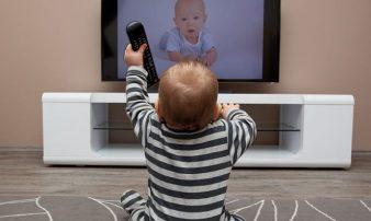מה בין צפיית ילדים בטלוויזיה, לצפיית מבוגרים?الفا | رق بين مشاهدة الأطفال والكبار للتلفاز؟