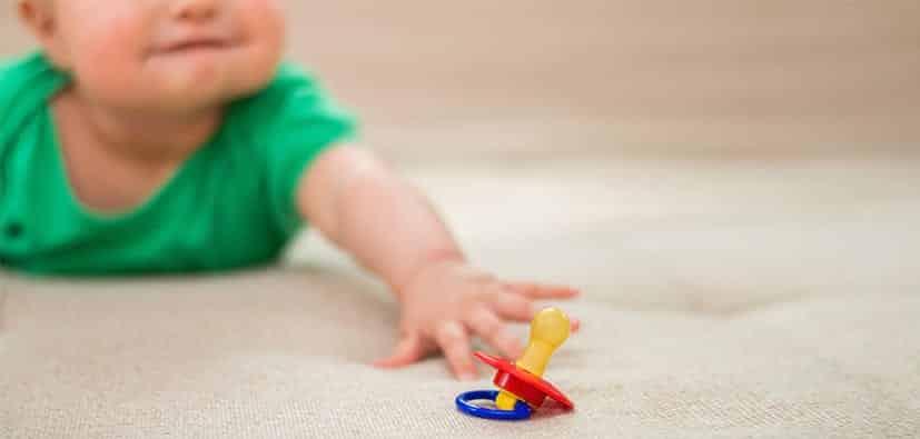 ללמד תינוקות למצוא את המוצץ בלילה בעצמם | تعليم الرُّضَّع العثور على المصاصة في الليل