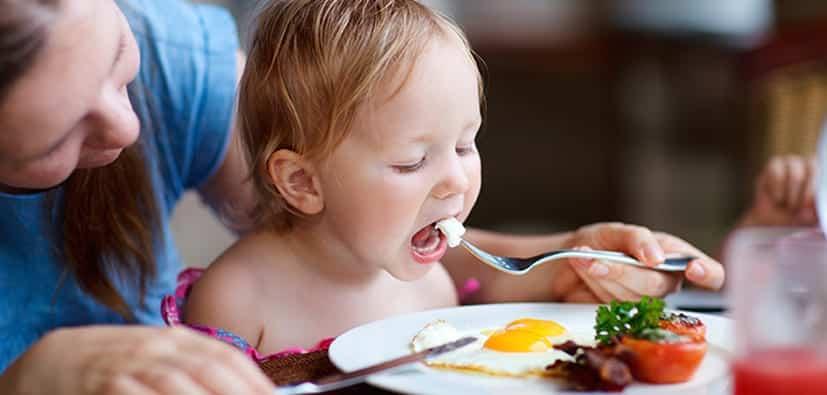 לאכול ארוחות משפחתיות עם פעוטות | تناوُل الوجبات العائلية مع الرُضّع
