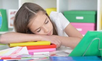 הקשר בין שינת ילדים ללמידה | العلاقة بين النوم والتعلّم