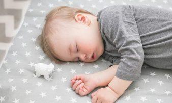 פיתוח דפוסי שינה עצמאיים ובריאים בחודשים בראשונים | طرق النوم المستقل في الأشهر الأولى