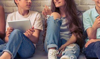 היחסים שבין המתבגר להוריו, לחבריו ולבני הזוג | العلاقة بين المراهق ووالديه، وأصدقائه