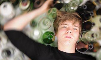 שתיית יתר של אלכוהול אצל מתבגרים | الإفراط في استهلاك الكحول لدى المراهقين