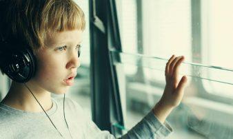סימנים לתסמונת הספקטרום האוטיסטי אצל ילדים גדולים | علامات اضطراب طيف التوحد لدى الأطفال الكبار