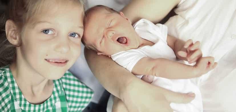 לעזור לילדים ולבני נוער להסתגל לתינוק החדש | مساعدة الأطفال على التأقلم مع الطفل الجديد
